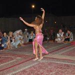 Танец живота в пустыне возле Дубая